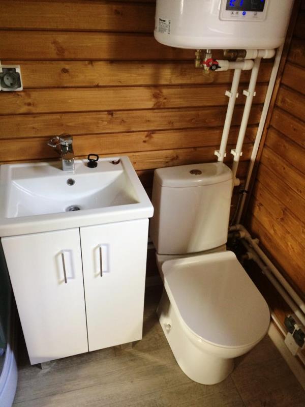 Подключаем холодную и горячую воду к потребителям
