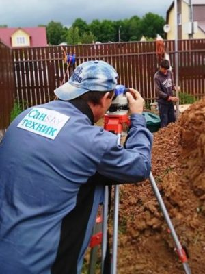 Монтаж наружной канализации с нивелиром
